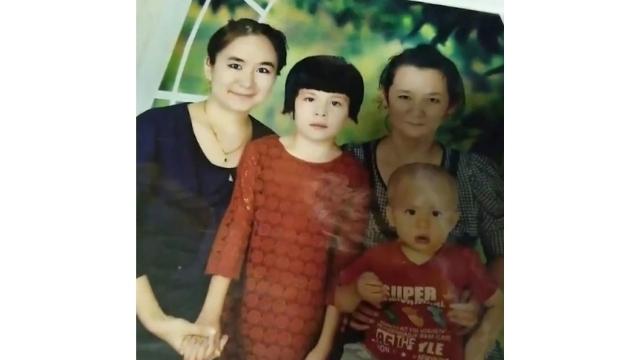 Mihray (solda) ailesiyle birlikte.