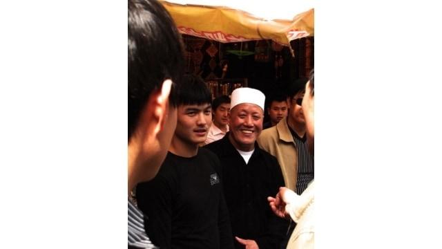 Uomini musulmani nel bazar che circonda la Grande Moschea di Xi'an.