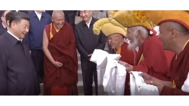 習近平(Weibo出身)を称える忠実な僧侶。