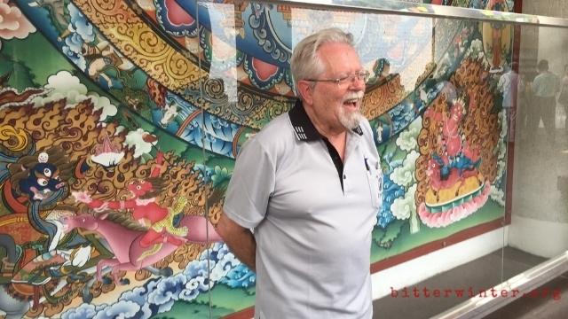台湾の草屯にある雷蔵寺を訪れたメルトン教授。