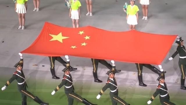 開会式のために国旗が西安スタジアムに入る。 Weiboから。