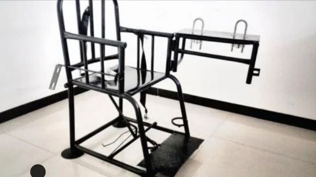 """Xi Jinping, sözde """"Tiger Chair""""ın kamplarda işkence aleti olarak kullanılması emrini vermiş olabilir mi? Adrian Zenz'in panelistleri tarafından Xi Jinping'in Xinjiang'ın vahşetindeki suç ortaklığına ilişkin kanıtı sırasında sorulan sorulardan biri. (Fotoğraf İnsan Hakları İzleme Örgütü web sitesinden)."""